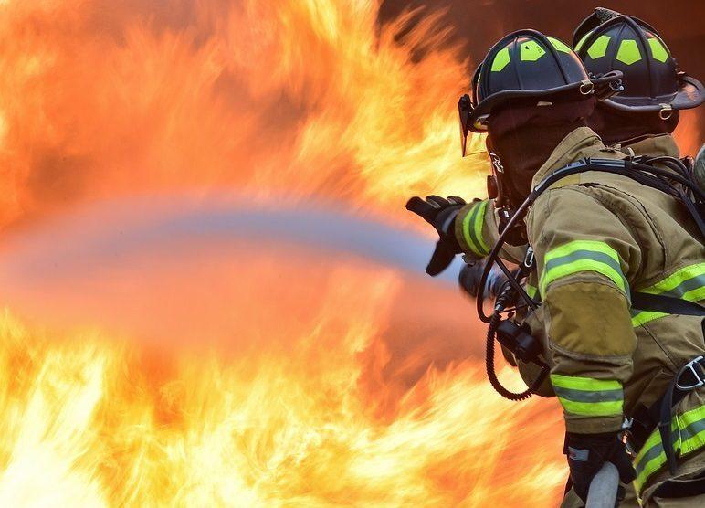 Incendio in casa, mamma e figlia si lanciano dal balcone: sono gravi