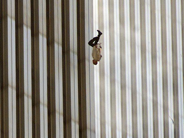 11 settembre 2001: l'uomo che cade dalle Torri Gemelle per ricordare la tragedia che cambiò l'umanità