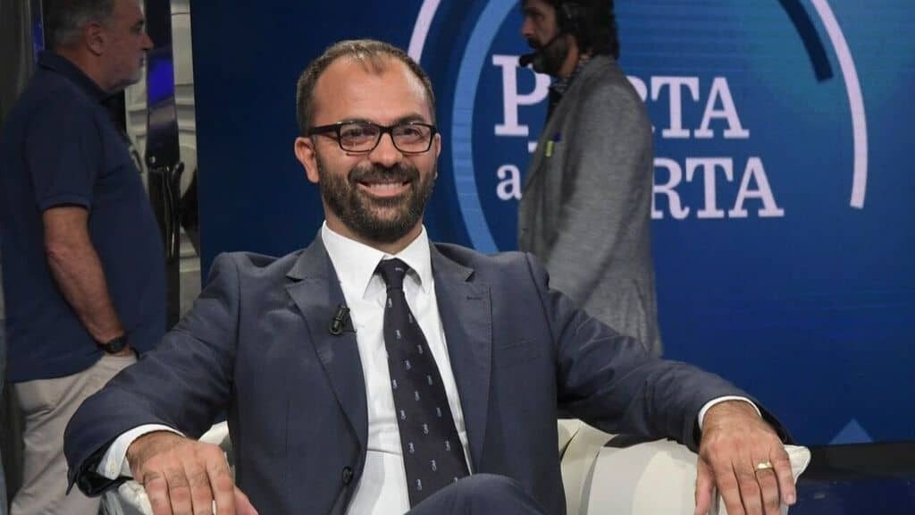 Bufera sul ministro Fioramonti: insulti e attacchi alle forze dell'ordine sui social