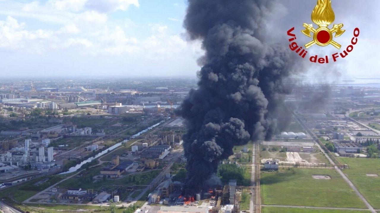 Esplosione in un impianto chimico, residenti invitati a stare a casa (VIDEO)