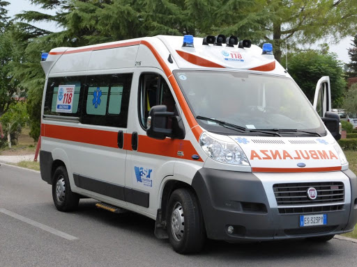 Uomo trovato morto per strada a Milano: forse investito dal camion della spazzatura