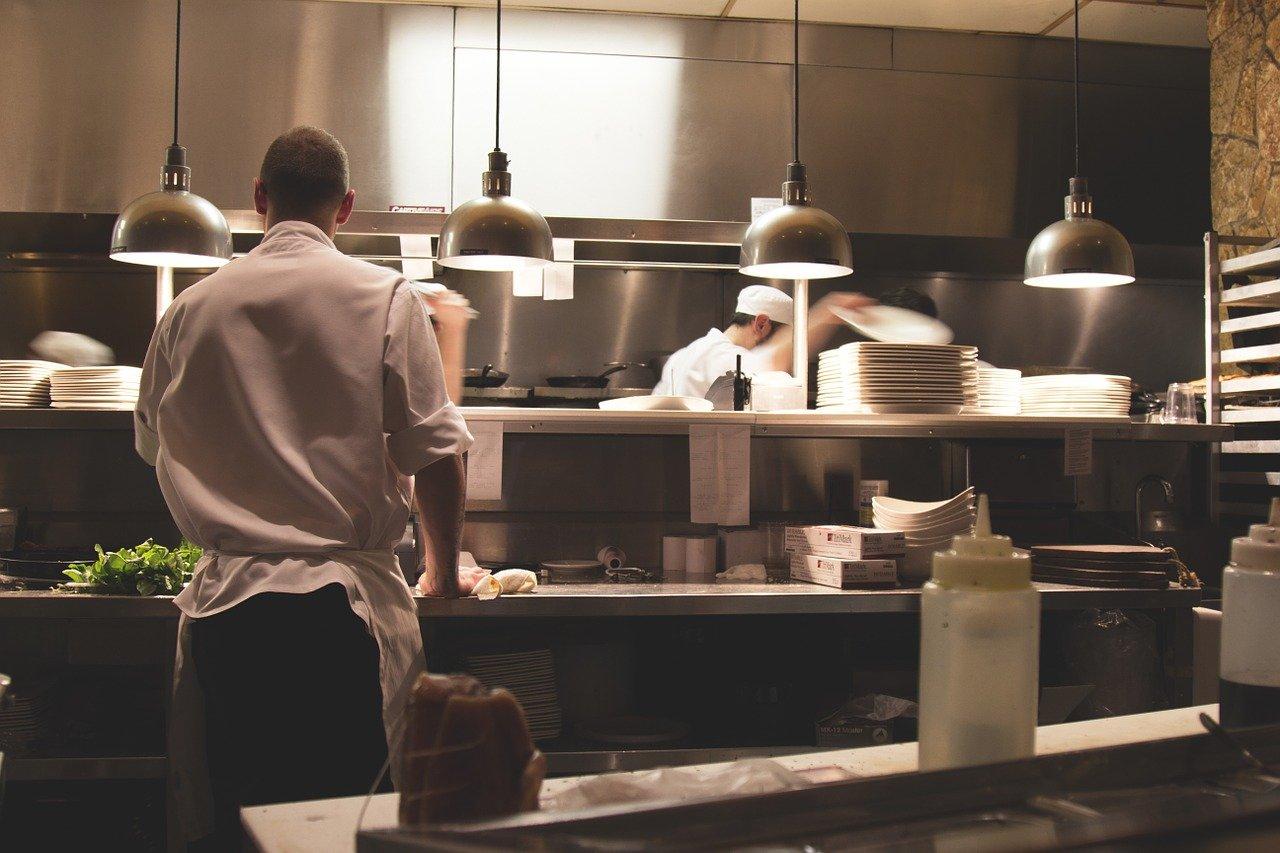 Il Covid fa chiudere ristoranti e bar in Lombardia: -250 milioni in cibo